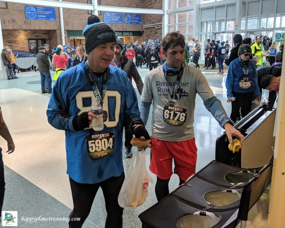 Super 5K 2019 - People using a zero waste station